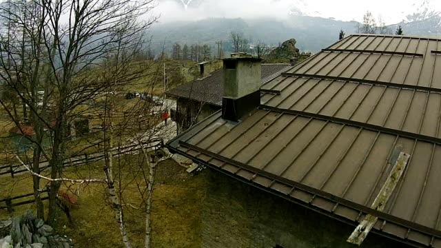 Luftbild Aufnahmen von kleinen Städten und Berge im Piedmont