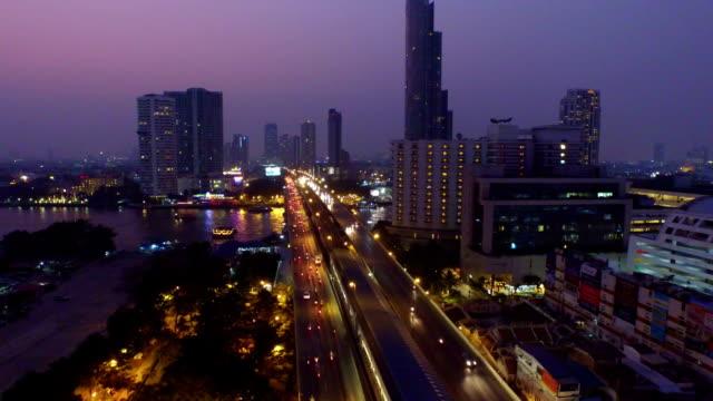 Aerial Sonnenuntergang Blick auf die Taksin Bridge, Bangkok