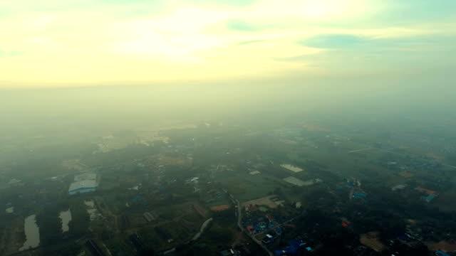 Luchtfoto video voor platteland mist cover in de ochtend.