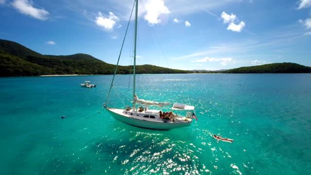 aerial video di persone rilassante sulla barca a vela ai Caraibi
