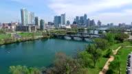 """Luftaufnahme auf die Skyline von Austin, Texas, Colorado Fluss lustiges Quellwasser Aktivitäten tief in der Nähe von Bäumen mit Jogginghosen auf """" Wanderung und Fahrrad trail"""""""
