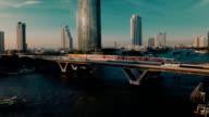 Luftbild von Bangkok in der Dämmerung am Fluss