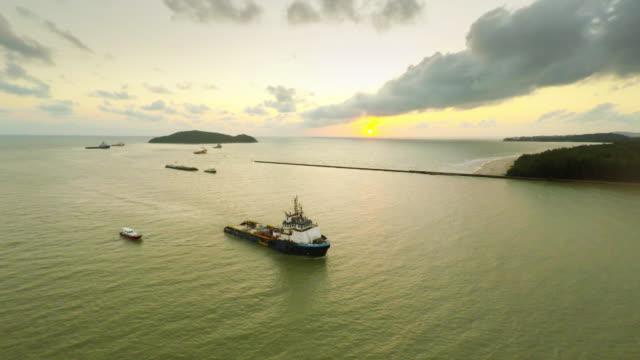 Luftaufnahme Fracht Schiff in das Meer