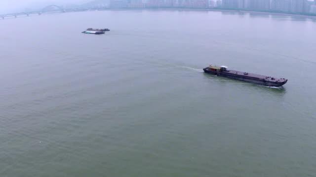 Veduta aerea di una chiatta spedizione nel fiume di hangzhou, tempo reale.