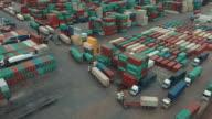 Luchtfoto van cargo containers in de spoorweg werf