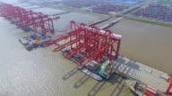 Luchtfoto van commerciële dock met cargo containers in shanghai.