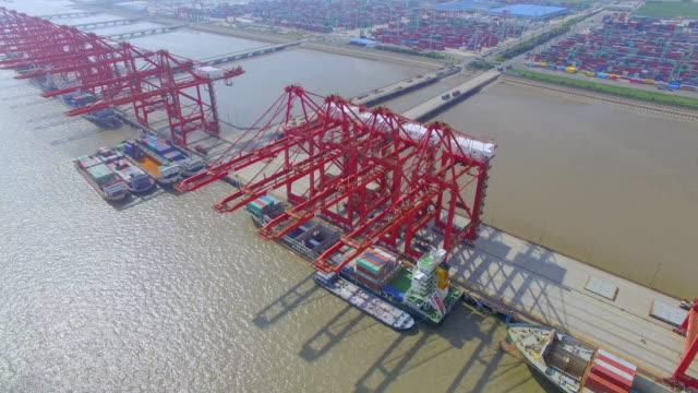 Luftaufnahme von dock mit cargo container in shanghai.