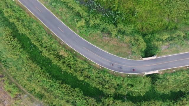 Luchtfoto van wielrenner fietsen op een landweg