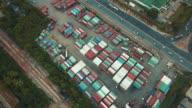 Luchtfoto van goederentrein met cargo containers