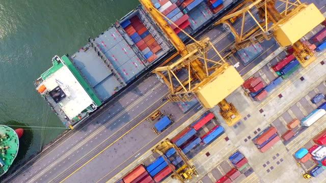 Luftbild von industriellen Hafen mit container ship