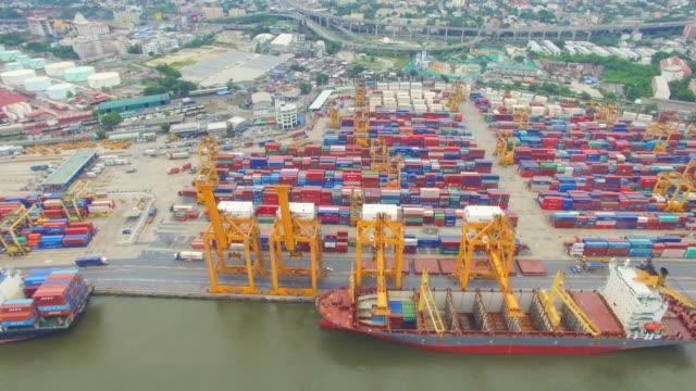 Luchtfoto uitzicht van industriële haven met containers schip