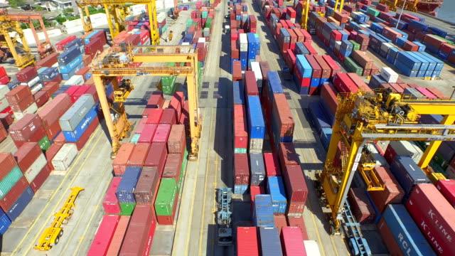 Luftaufnahme des industriellen Hafen mit Containern