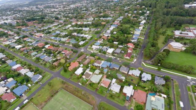 Flygfoto över Lismore landsortsstad i Australien med översvämning