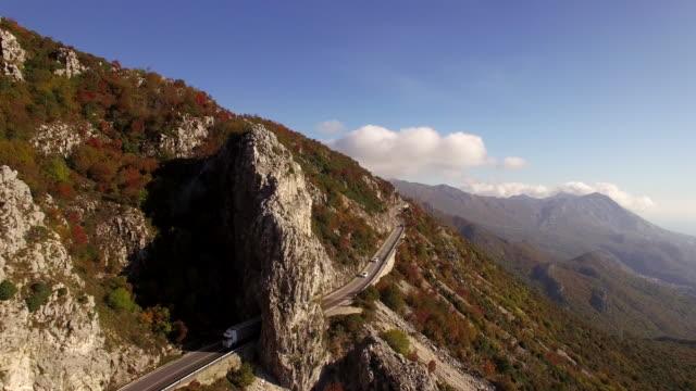 Luchtfoto van het wegverkeer berg 4K