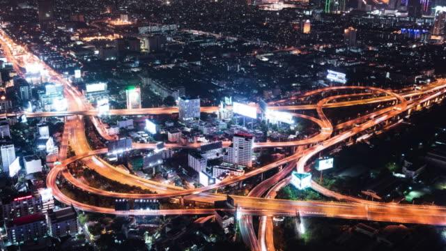 T/L WS ZO luchtfoto van de kruising van de weg in de nacht