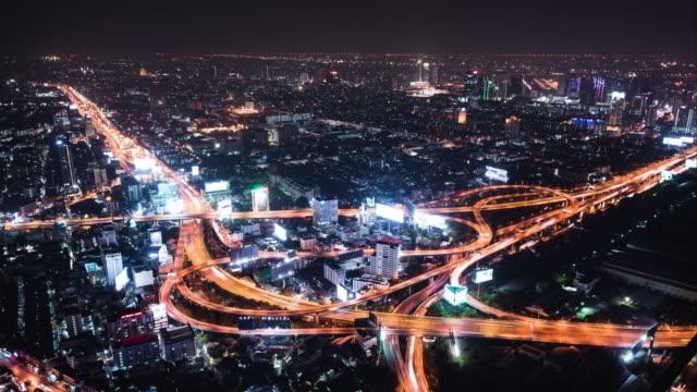 T/L WS TD luchtfoto van de kruising van de weg in de nacht