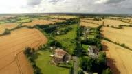 Veduta aerea di case di campagna in autunno in Irlanda