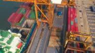 Luftaufnahme von Containern shippng zu Entladen von einem Frachtschiff