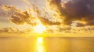 Luftaufnahme von atemberaubenden Hua Hin zusammen mit goldenen Sonnenschein.