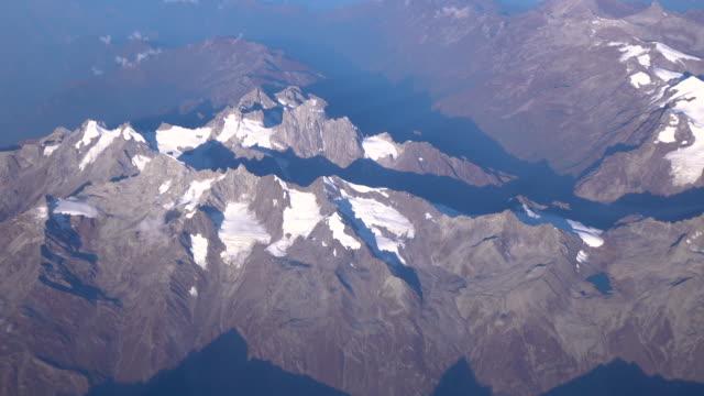 Flygfoto över bergskedjan Himalaya från fönstret flygplan