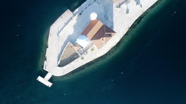 Luchtfoto van de stad ligt aan de kust. Weergave van de kerk