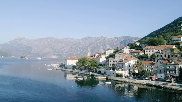 Luchtfoto van de stad ligt aan de kust