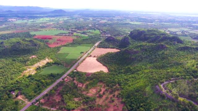 Luftaufnahme der ruhige Szene Landschaft mit Straßen- und Kultivierung farm
