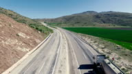 Vista aerea di camion sull'autostrada