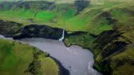 Luchtfoto schot van rivier tijdens de zomer in Zuid-IJsland