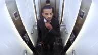 POV African American affärsman i hissen