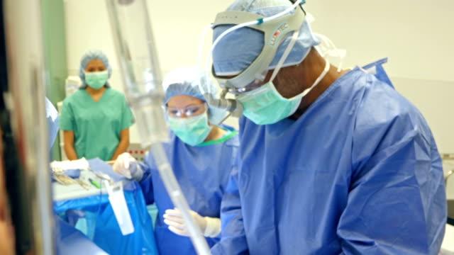 African American Chirurg Nähte für Patienten
