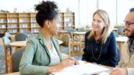 Donna afro-americana, spiegando assegnazione ad altri adulti agli studenti universitari gruppo di studio