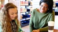 Giovane donna afro-americana-tutors Caucasico elementare scuola studente casa