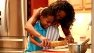Afrikanischer Herkunft Mutter lehrt Sohn wie man cookie-Teig.