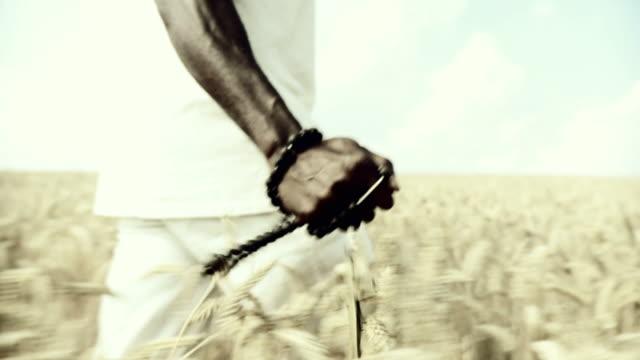 HD-SLOW-MOTION: Afrikanische Mann Segen In Wheat