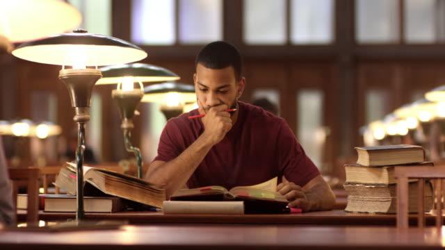 DS afroamerikanska manliga studera i biblioteket