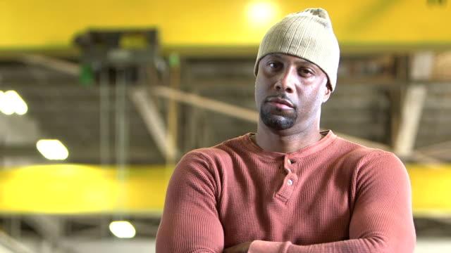 Afrikanisch-amerikanischer Mann im Lager starrte auf Kamera