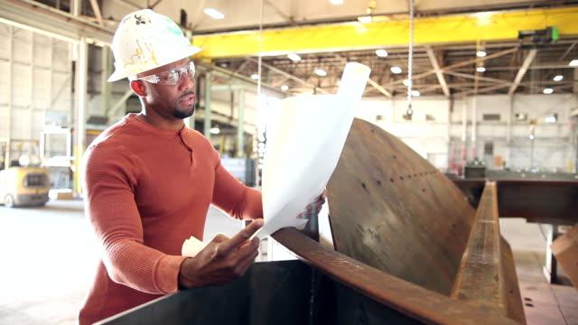 Afrikanisch-amerikanischer Mann arbeitet in Metallverarbeitung shop