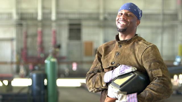 African-American Schweißer in Metall Stanzerei