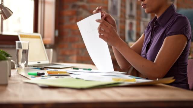 DS afro-americana donna che lavora in ufficio avvio
