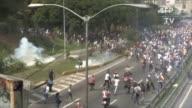 Agentes antimotines lanzaron algunas bombas lacrimogenas contra un grupo de manifestantes que les tiraron piedras en una autopista de Caracas cerca...