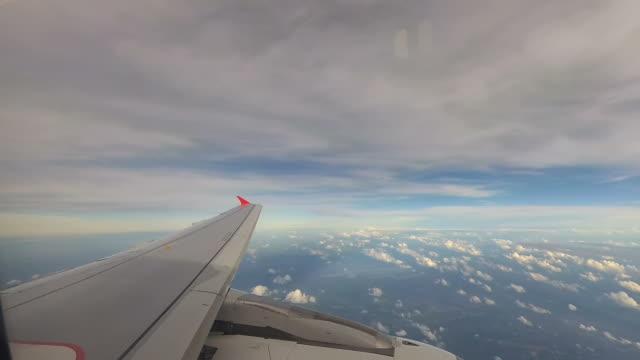 Flugzeug fliegen über den Wolken