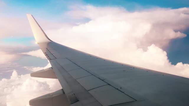 Flugzeug fliegen in den Sturm