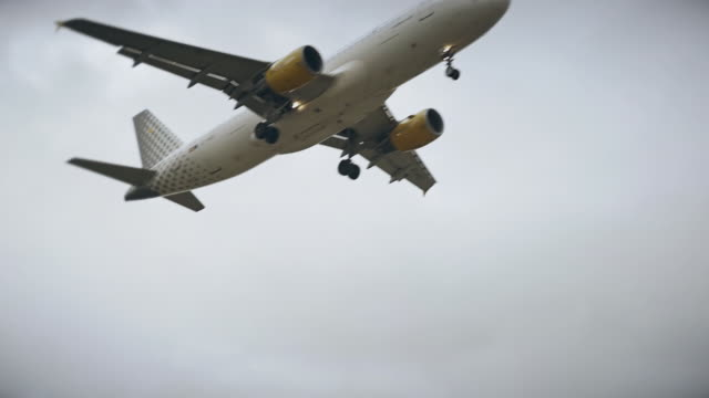 Airplane flyins during landing in slow motion