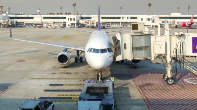 Flugzeug abgeschleppt wurde von den park vom Flughafen Traktor