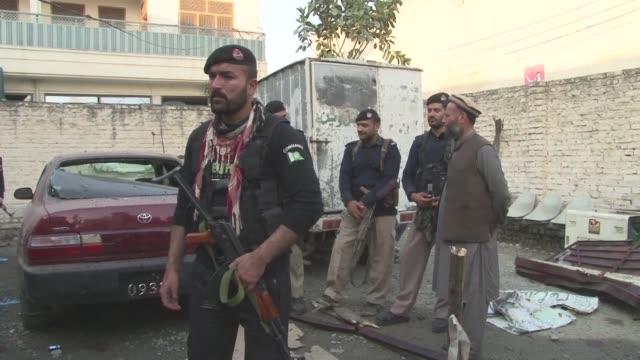 Al menos 21 personas murieron y decenas resultaron heridas este martes cuando un suicida taliban estrello su motocicleta contra un organismo...