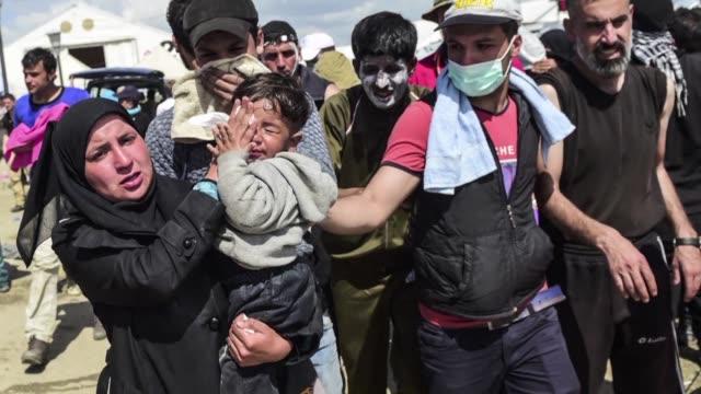 Al menos 260 migrantes resultaron heridos el domingo en la frontera greco macedonia en choques con la policia indico un responsable de Medicos Sin...