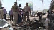 Al menos cuatro personas murieron este miercoles en Mogadiscio cuando un suicida estampo su coche bomba contra un convoy de la ONU frente al...