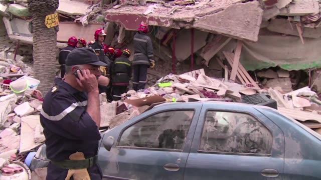 Al menos cuatro personas murieron y 55 resultaron heridas en el derrumbe parcial de tres inmuebles en Casablanca donde los equipos de rescate...