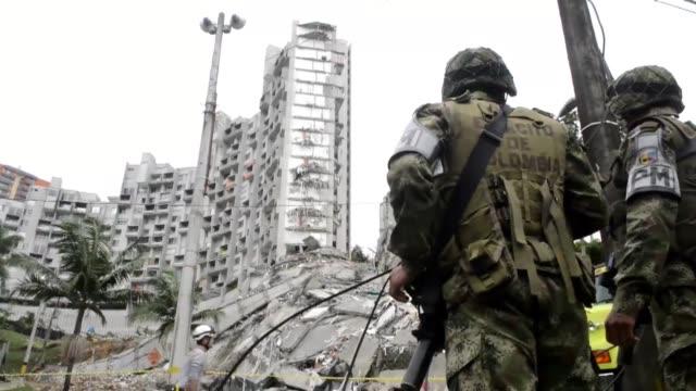 Al menos dos personas han muerto y nueve continuan desaparecidas bajo los escombros de un edificio de 22 pisos que colapso el sabado en un acomodado...
